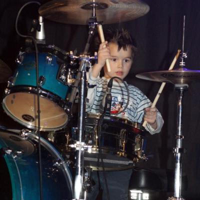 Martin, 5 ans et déjà sur scène derrière la batterie